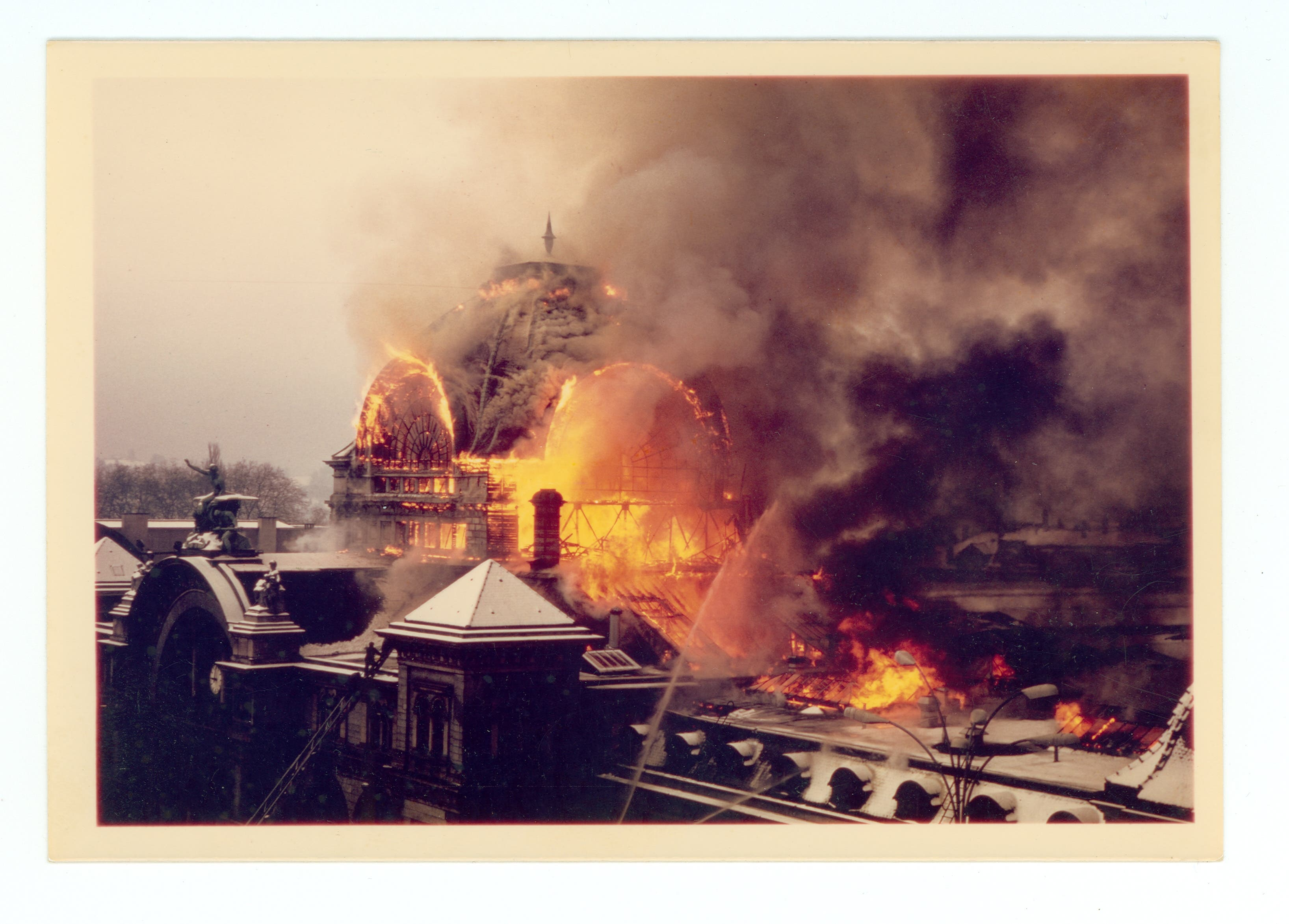 Brand des Luzerner Bahnhofs am 5. Februar 1971. Die Hauptkuppel im Vollbrand, wenige Minuten vor dem Einsturz.
