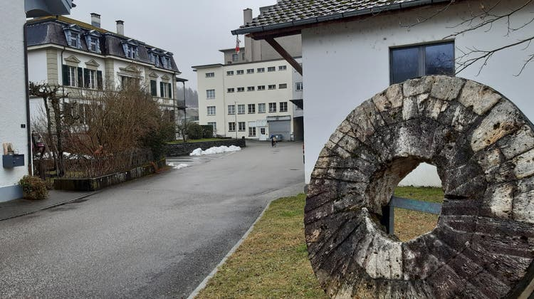Das Mühleareal in Schöftland mit alter Fabrikantenvilla (links) und den Industriebauten. (Flurina Dünki / Aargauer Zeitung)