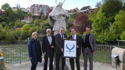 Herbert Weiss (Mitte) – im Bild mit Vertretern aus beiden Laufenburg bei der Präsentation des Friedensstadt-Logos – fordert eine Gegenfinanzierung, sollte die Gewinnsteuer gesenkt werden. (Marc Fischer / 4. Mai 2016)