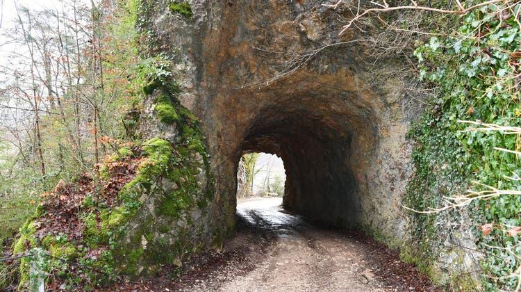 Der Tunnel am Oberbergweg besteht aus natürlichem Fels. Nun muss er vergrössert werden, damit Holztransporter durchfahren können. (Bruno Kissling)