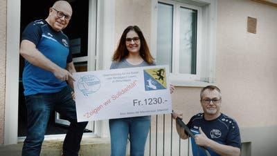 Ein Trio freut sich: Hans Schmidhauser, Initiant der Solidaritätsaktion, Wirtin Iris Schär und Andreas Friederich, Präsident der Männerriege Sitterdorf. (Bild: Georg Stelzner (Zihlschlacht, 3. Februar 2021))