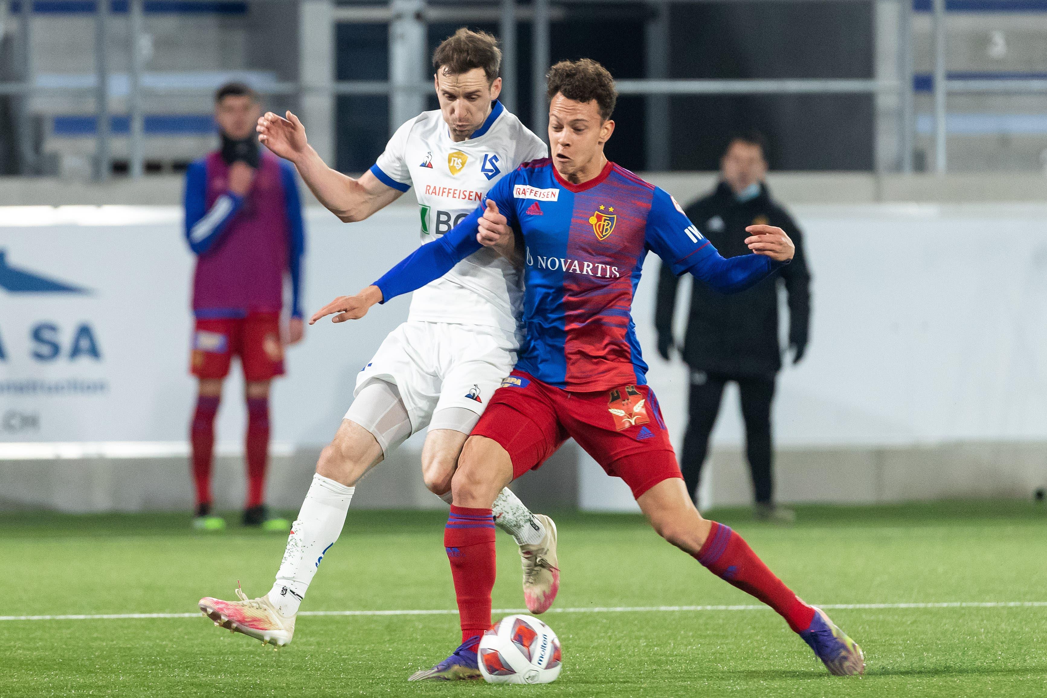 Der FC Basel um Julian von Moos setzt sich in Lausanne mit 3:1 durch.