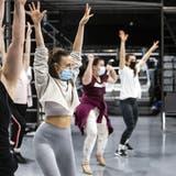 «Ich schlafe schlecht im Moment»: Unter strengen Sicherheitsmassnahmen proben diese Schauspieler für ein Musical
