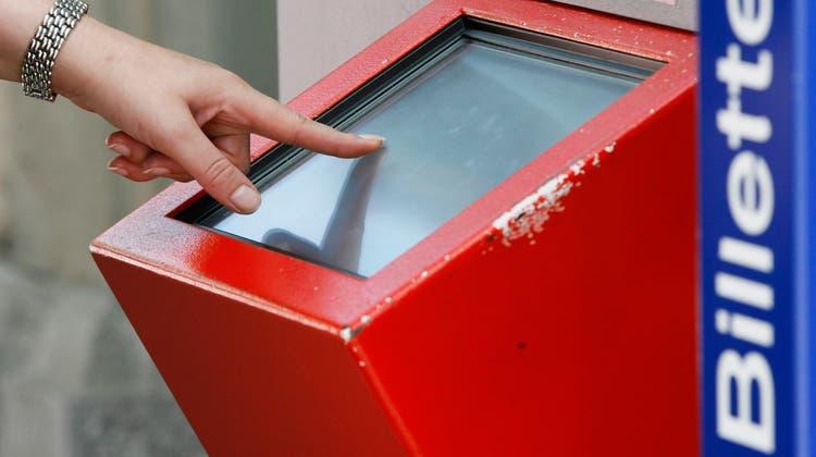Oberflächen wie Ticketautomaten weisen keine hohe Virenkonzentration auf. Eine Ansteckung ist unwahrscheinlich. ((Bild: Keystone))