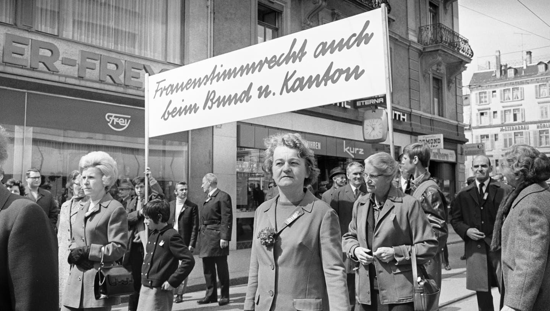 Teilnehmerinnen demonstrieren an der 1.-Mai-Kundgebung im Jahr 1970 in Zürich für die Einführung des Frauenstimmrechts beim Bund und Kanton. Im Kanton Aargau dauerte dieser Prozess fast zehn Jahre. (Bild: Str / Keystone)
