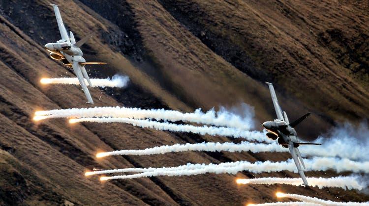 2012 auf der Axalp ob Brienz im Berner Oberland: Zwei F/A-18 schiessen «Flares» ab am Fliegerschiessen ab. 2019 fiel die Veranstaltung aus. Die Gründe sind umstritten. (Philipp Schmidli)