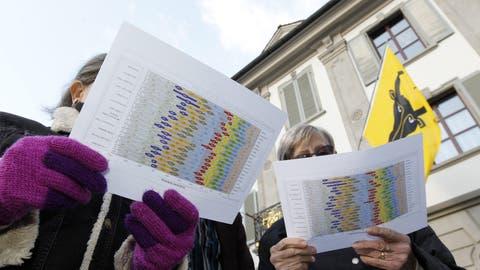 Leute studieren die Resultate der Urner Landratswahlen. (Bild: Urs Flüeler/Keystone (Altdorf, 11. März 2012))
