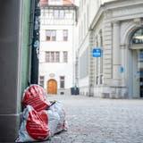 Abfallsäcke, die in der Innenstadt St. Gallen auf der Strasse stehen - Tage bevor die Abfuhr sie einsammelt. (Arthur Gamsa)
