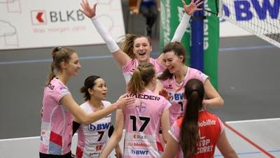 Die Spielerinnen von Sm'Aesch jubeln über eine optimale Qualifikationsrunde. (Edgar Hänggi/Archiv)