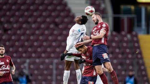 Der Luzerner Marco Bürkiim Zweikampf gegen Miroslav Stevanovicvon Servette FC. (Bild: Pascal Muller/Freshfocus)