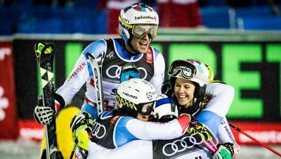 Die Schweizerinnen und Schweizer freuen sich über WM-Gold im Teamevent 2019. (Jean-Christophe Bott / KEYSTONE)