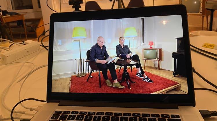 Steven Schneider und Sybil Schreiber lesen für einmal für das virtuelle Publikum. (Zvg)