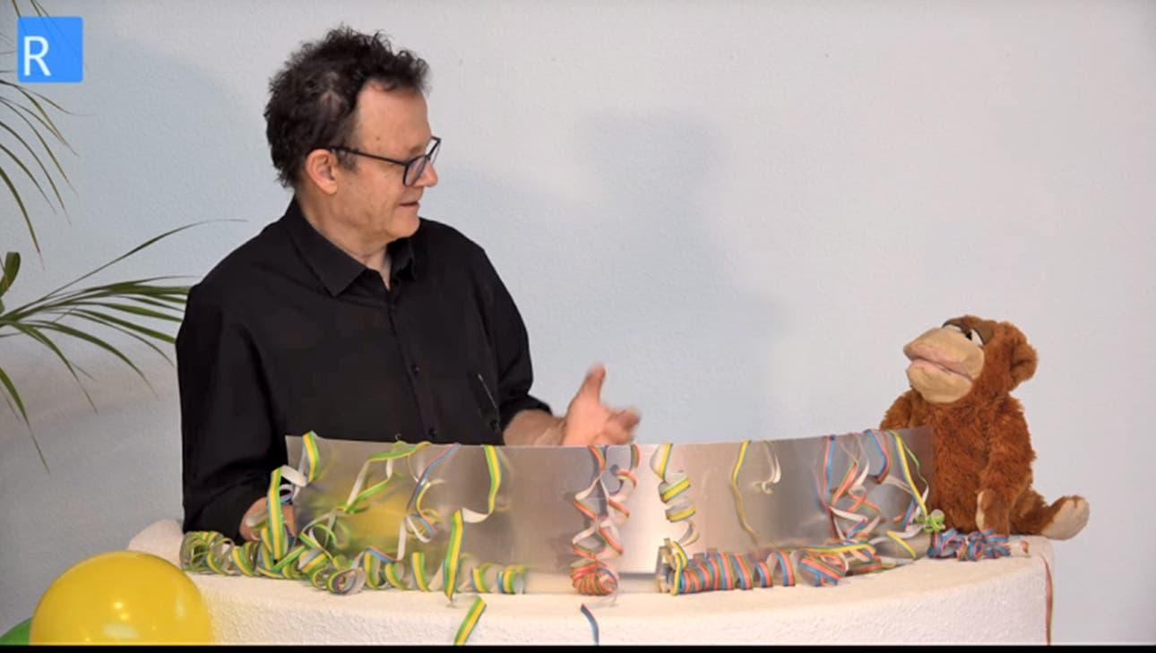 Der diesjährige Chaiseraugschter Fasnachtsgottesdienst wurde coronabedingt als Film aufgenommen, im Bild Pfarrer Andreas Fischer mit seinem Affen Theobald. (zvg)