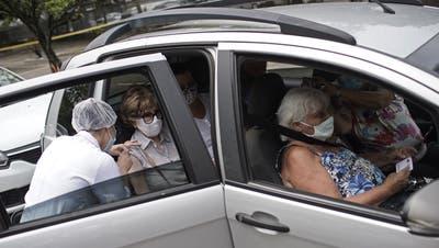 In Rio de Janeiro werden ältere Menschen sogar im Auto geimpft. (Silvia Izquierdo / AP)