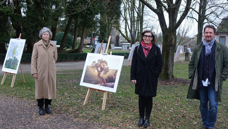 Waldbilder und Naturstudien zeigen Barbara Bühlmann-Eschmann, Barbara Keller und Jakob Bosch (von links) in der Fotoausstellung im Schlosspark Bad Säckingen. (Bild: Roswitha Frey)