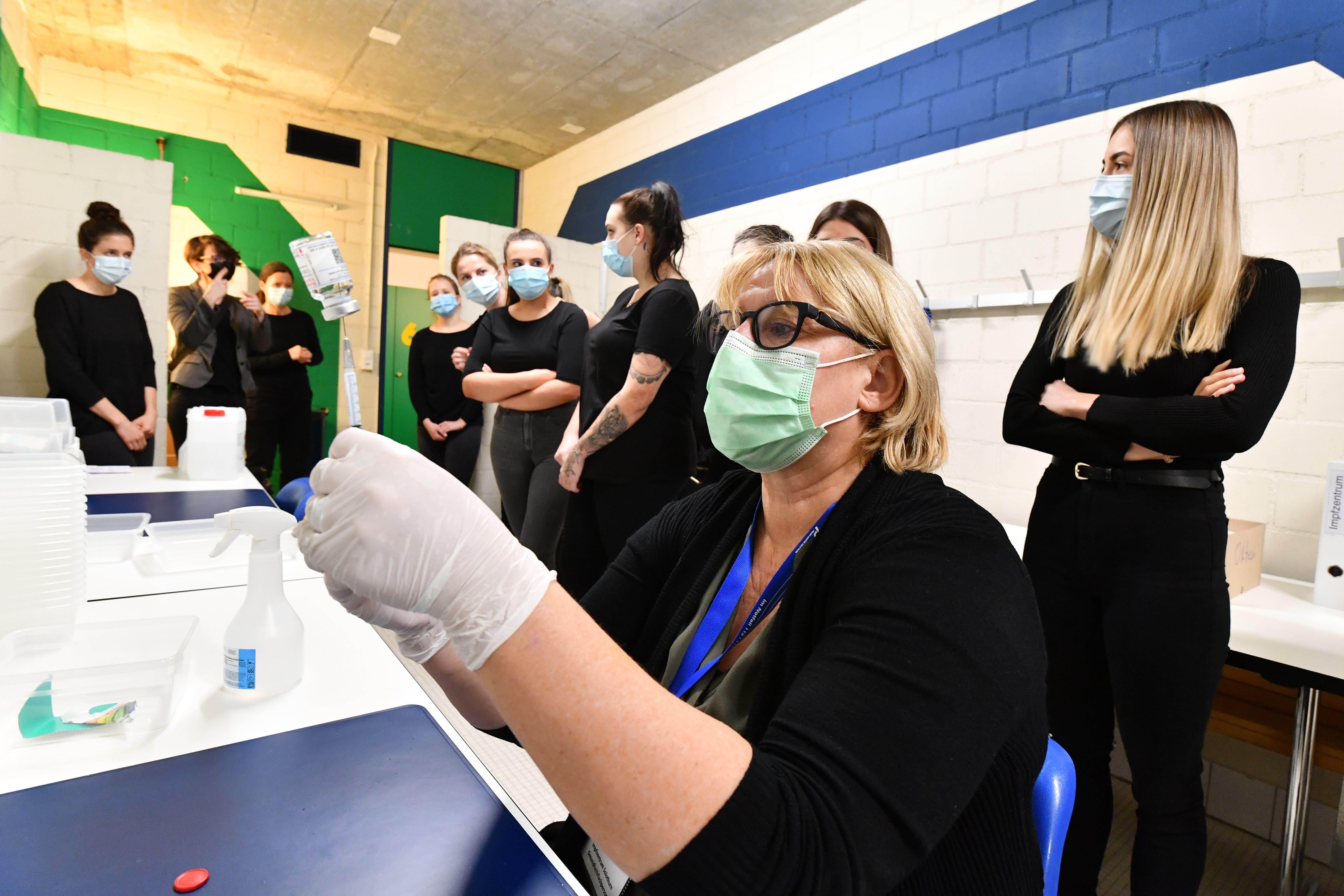 Schichtleiterin und Pflegefachfrau Marion Rauber zeigt den angehenden Pflegefachfrauen vom BBZ Olten, wie die Impfdosen aufgezogen werden.