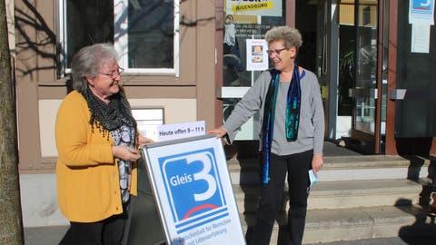 Gleis 3, Anlaufstelle für Senioren in Sachseln. Trudi Lottenbach (links) und Susanne Wälti betreuen sie als ehrenamtliche Helfer. (Marion Wannemacher (Sachseln, 8. Februar 2021))