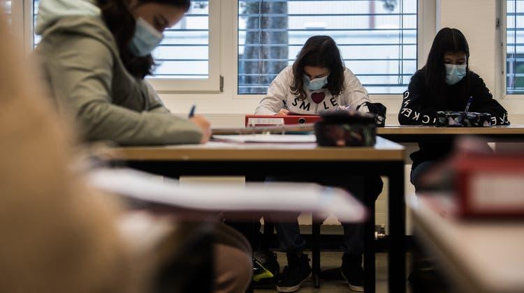 Schulklassen ohne Maskenpflicht müssen bereits bei einer bestätigten Infektion mit einem mutierten Virus in Quarantäne. (Samuel Golay)