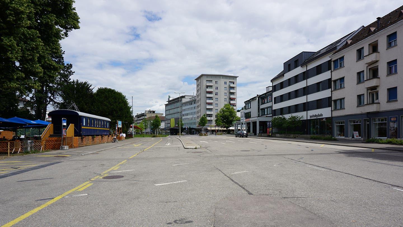 Wie ein Relikt aus vergangenen Tagen: Die nicht mehr benutzte Abschnitt der Badenerstrasse im Schlieremer Zentrum bietet viel Platz. (zvg)