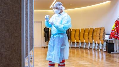 Entnahme des Testabstriches während PCR-Testungen im Bezirk Kitzbühel nach Mutations-Verdachtsfällen in Jochberg im Januar. (Bild: Keystone/Expa/Johann Groder / APA)