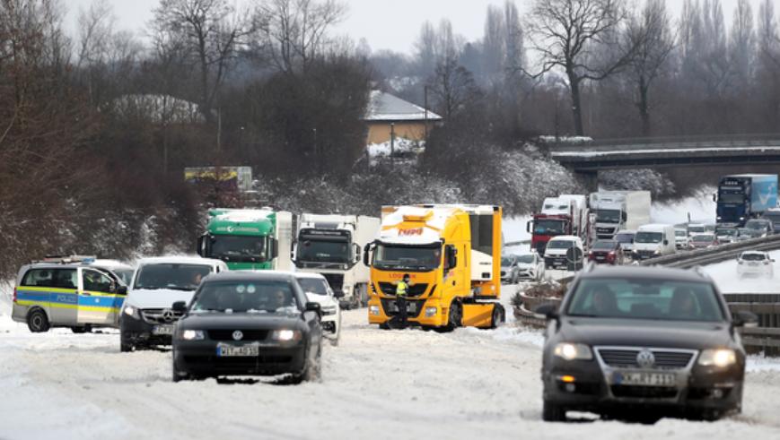 Etliche Autos sind auf der schneebedeckten Autobahn steckengeblieben. (Bild: Keystone)