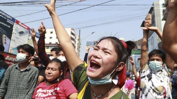 Eine DemonstrantininYangon, Myanmar, zeigt das Handzeichen der Protestanten am 6. Februar. (Bild: Keystone/ AP)
