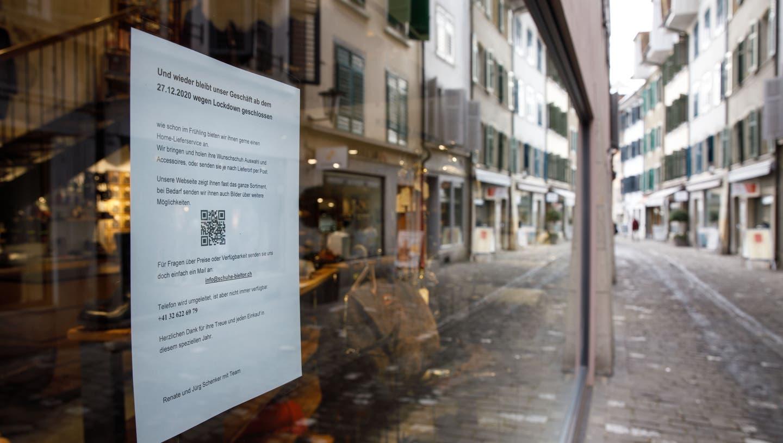 Zum Beispiel das Schuhhaus am Bieltor in Solothurn: Geschäfte, die auf Anordnung der Behörden schliessen mussten, haben Anspruch auf Härtefallunterstützung. (Hanspeter Bärtschi)