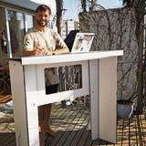Ideen statt Arbeitslosigkeit: Brugger erfindet Karton-Stehpult fürs Home Office