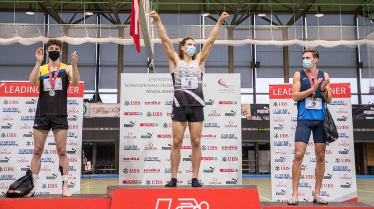 Der Fricktaler Lino Wunderlin (l.) auf dem Podest der Mehrkampf-Schweizer-Hallen-Meisterschaften 2021. (Bild: zvg/athletix.ch)
