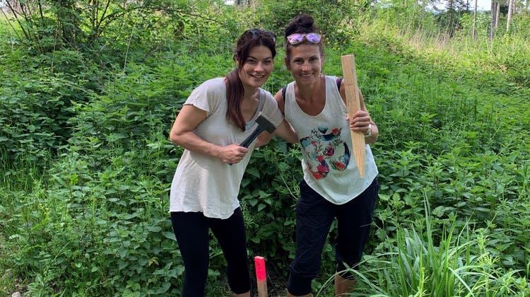 Im Frühling 2020 schlugen Judith Schmid (links) und Katja Deiss vom Elternverein die Profile für den Trail ein. (zvg)