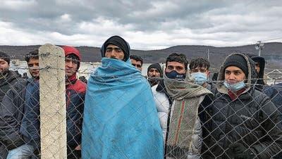 Yalla Sahin (mit der blauen Decke) und die 900 anderen Flüchtlinge in Lipa harren seit Monaten in eisiger Kälte aus. Sie teilen sich 24 Toilettenhäuschen. (Bild: HO)