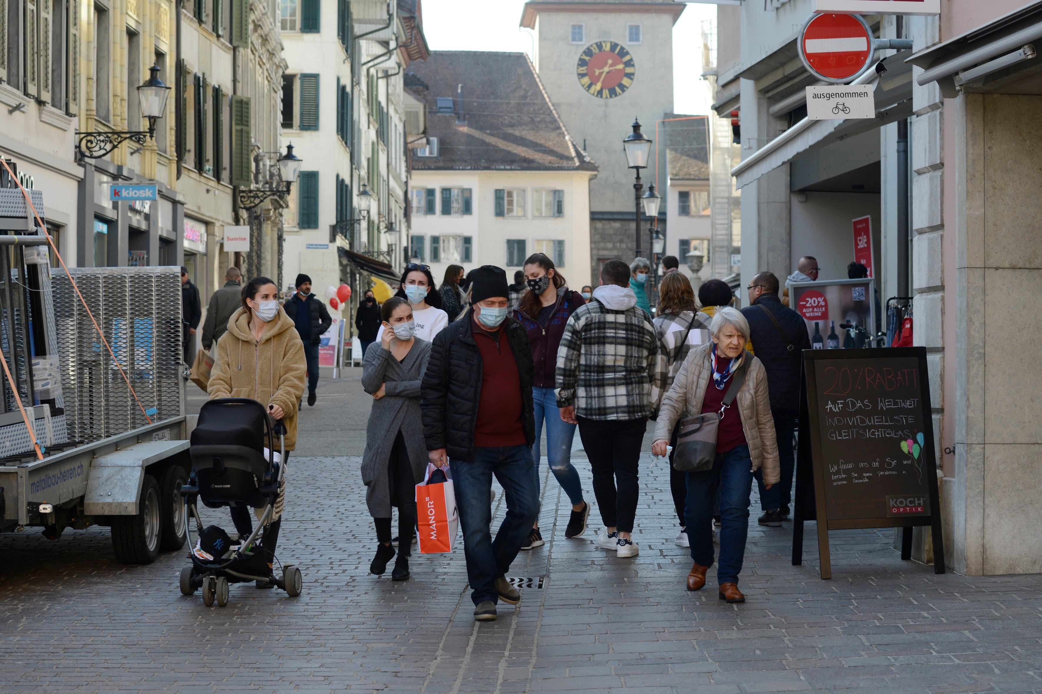 Grossaufmarsch in Solothurn zur Laden-Wiedereröffnung.