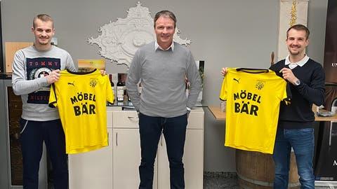 Sportchef André Lussmann mit den beiden Neuzugängen Fabian Nickel (links) und Tobias Nickel. (Bild: PD)
