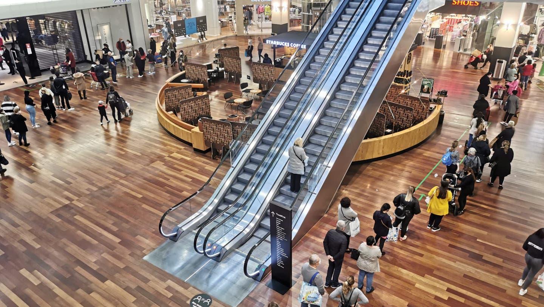 Um ins C&A oder Zara zu gelangen, warten Kunden des Shoppi Tivoli rund eine Stunde lang. (Leserbild)