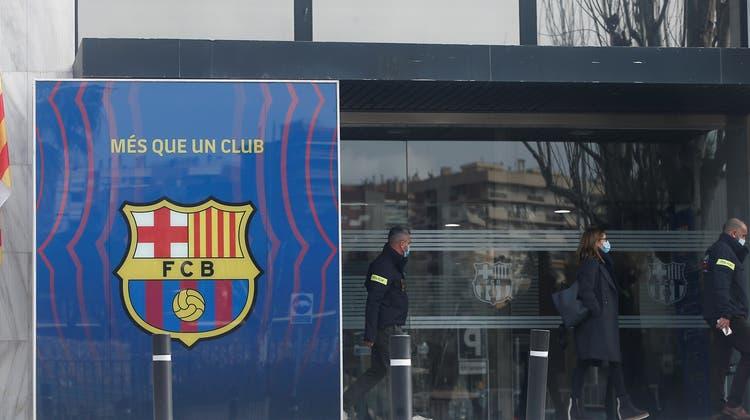 Die Polizei ist am Montag in den Büroräumen des spanischen Top-Klubs FC Barcelona zugegen. (Keystone)