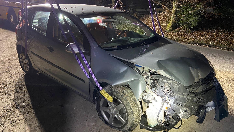 20-jähriger Autofahrer rammt Sitzbänke, Holzsockel und einen Robidog – Führerausweis weg