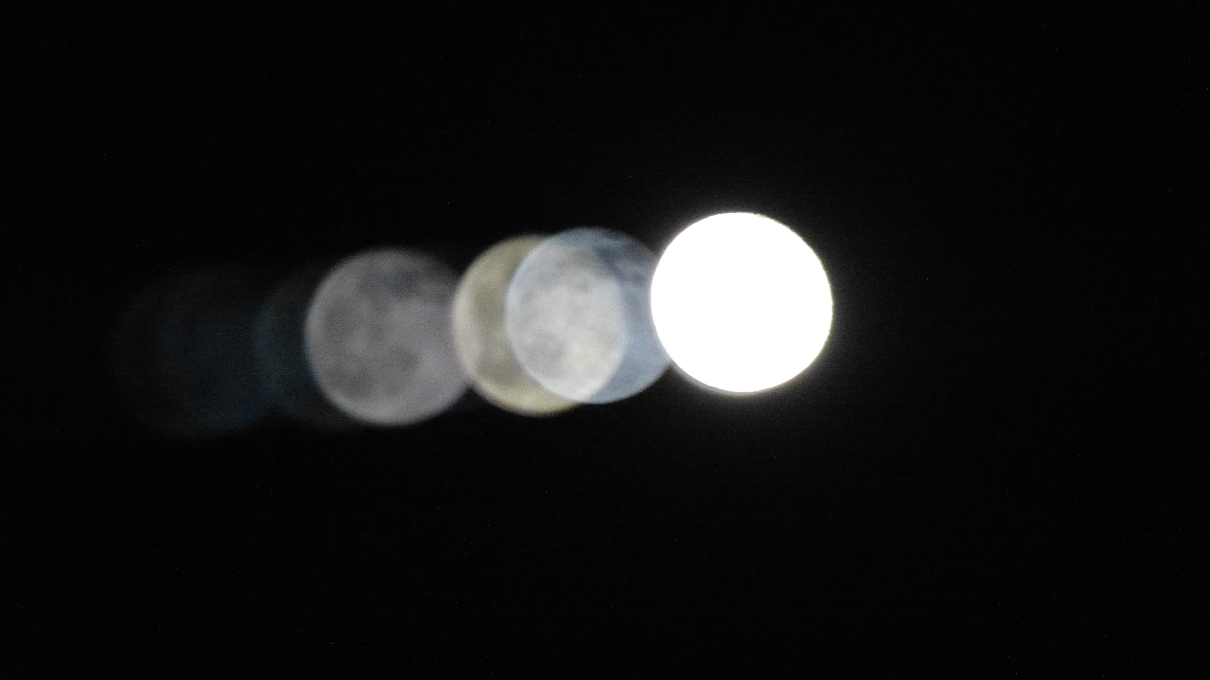Der Mond auf seiner Wanderung durch den Nachthimmel.