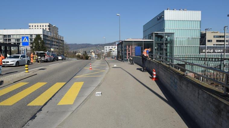 Der Unfall ereignete sich kurz vor 11 Uhr auf der Engstringerstrasse. (Kantonspolizei Zürich)