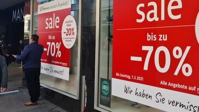 Endlich wieder Shoppen! Warteschlangen oder spärlich besuchte Gassen– so sehen am Montag die Schweizer Städte aus
