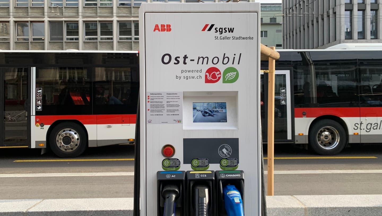 EineLadesäulevon «Ost-Mobil» auf den neuen Parkplätzen an der St.Leonhard-Strasse vor dem Gaiserbahnhof. (Bild: PD)