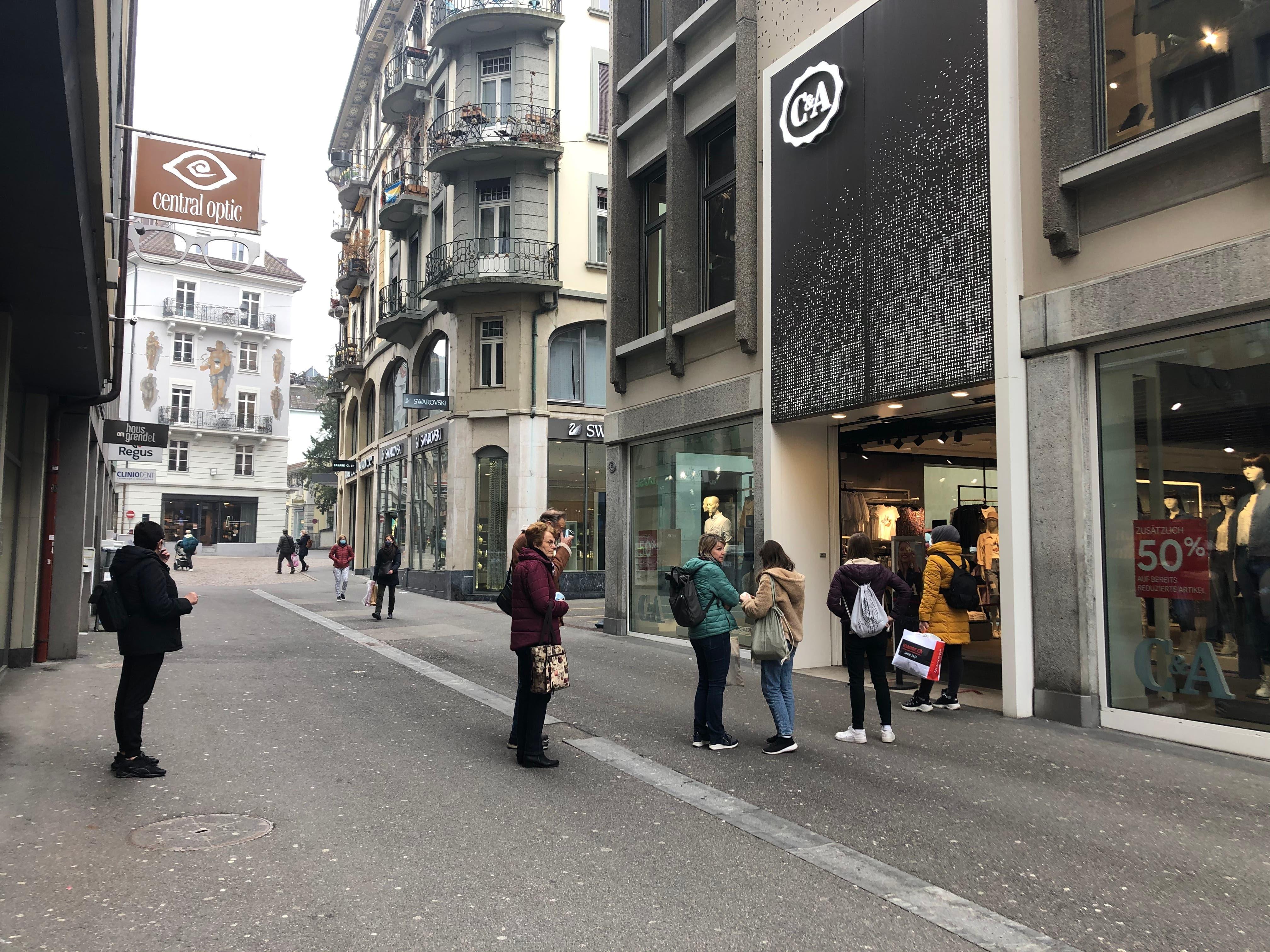 ... und vor dem C&A in Luzern...