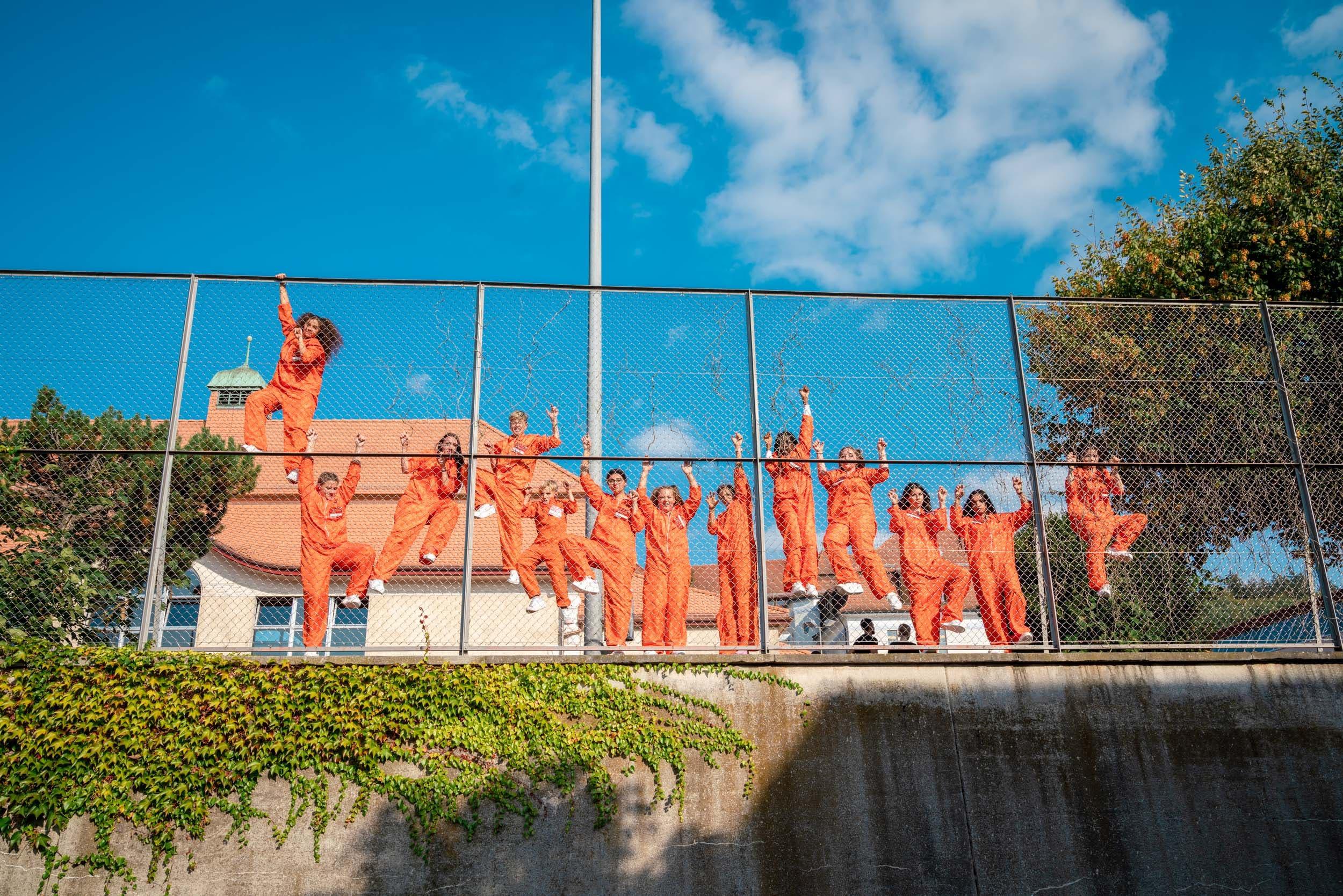 Hinter Gittern bleibt den Kriminellen nur das Tanzen.