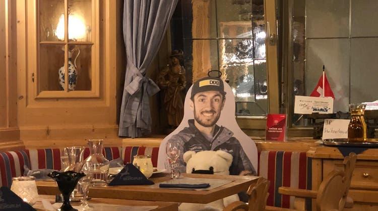 Wenn die Schweizer Skispringer im Teamhotel zu Nacht essen, ist der verletzte Killian Peier stets präsent. (BS-Fotografie)
