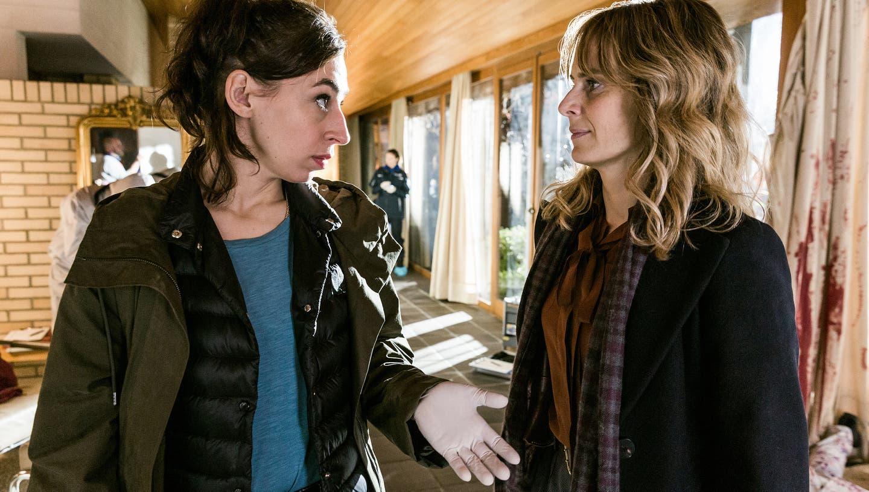 Tessa Ott (Carol Schuler) und Isabelle Grandjean(Anna Pieri Zuercher) in der schicken Villa des toten Schokoladenfabrikanten. (Sava Hlavacek / SRF)