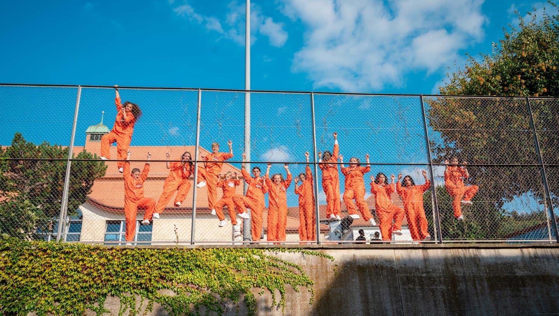 Tanzen «hinter Gittern»: Die Schülerinnen und Schüler der Schule Unteres Niederamt haben einen Kurzfilm gedreht. (zVg.)