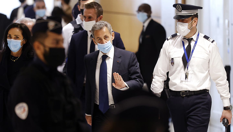 Frankreiches Ex-Präsident Nicolas Sarkozy (Mitte) and seine Anwältin Jacqueline Laffont (links) auf dem Weg in den Gerichtssaal. (Bild: Ian Langsdon/EPA (Paris, 1. März 2021))