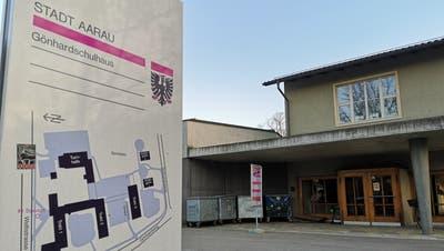 Verwaist: Das Gönhardschulhaus in Aarau am Montagabend. (Urs Helbling)
