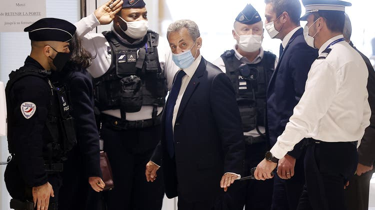 Verurteilt: Frankreichs Ex-Präsident Nicolas Sarkozy (m). (Ian Langsdon / EPA)