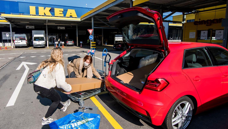 Auch vor der Warenausgabe sind freie Parkplätze zu finden. (Nicole Nars-Zimmer (Pratteln, 1. März))