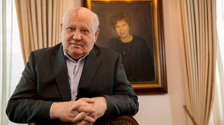 Friedensnobelpreisträger und ehemaliger Präsident der Sowjetunion: Michail Gorbatschow wird an diesem Dienstag 90 Jahre alt. Im Hintergrund: einGemälde seiner verstorbenen Ehefrau Raissa Gorbatschowa. (Hans-Juergen Burkard/Laif / laif)
